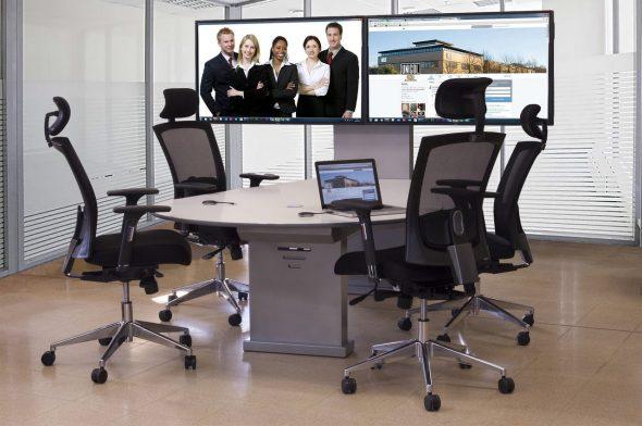 Videokonferenz Huddle Room Möbel mit zwei Bildschirme